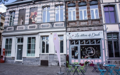 Pin-up in the windows throughout Mons